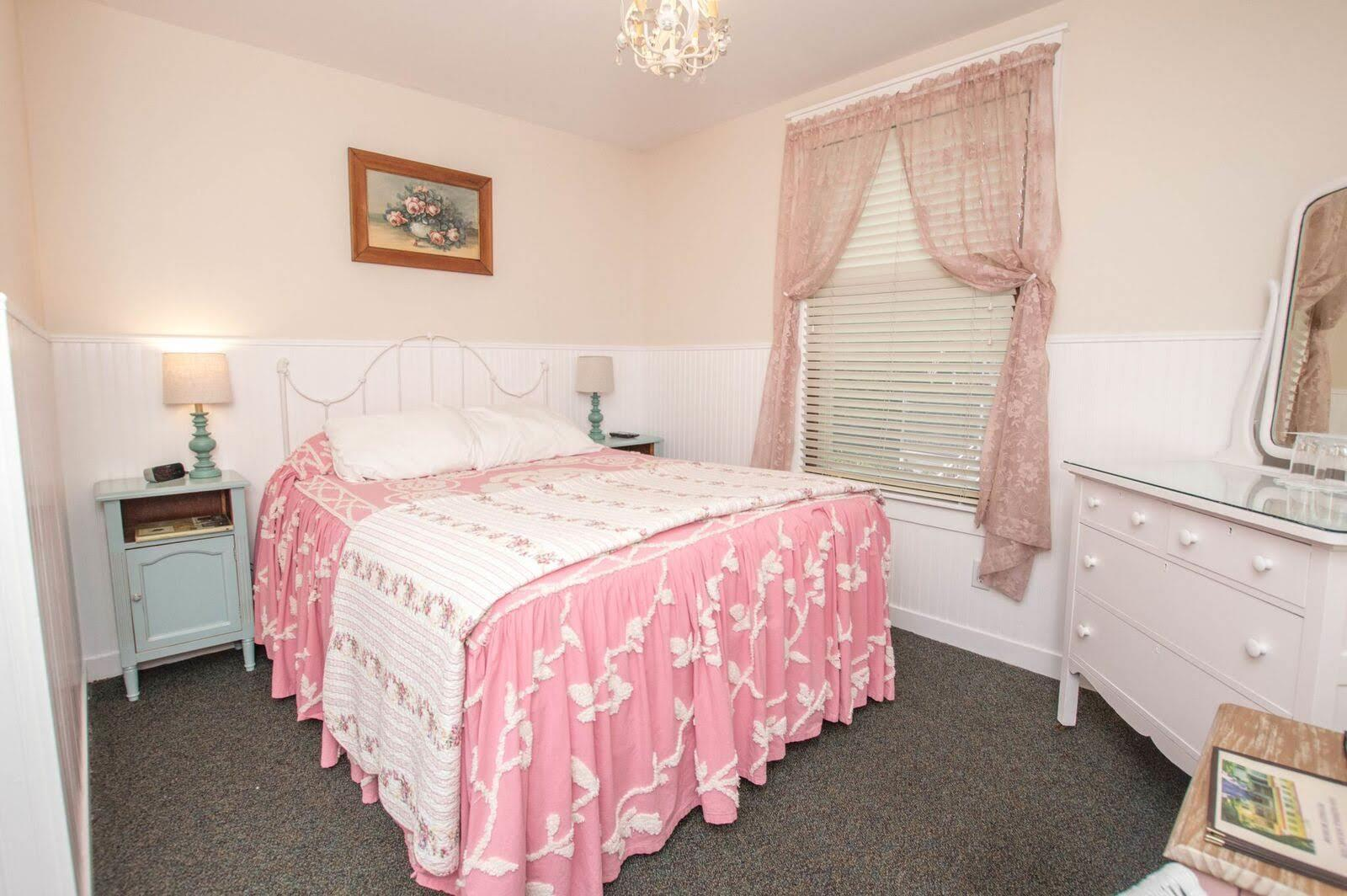 Image for 219Q) Queen Cottage Room